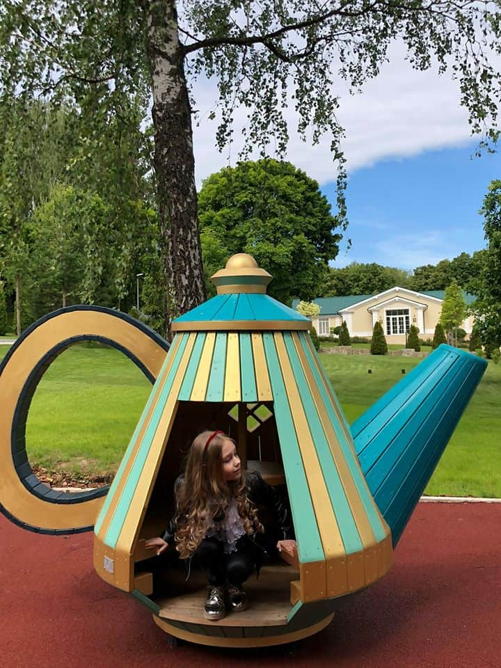 Фотопроект: приключения Алисы в стране самоваров