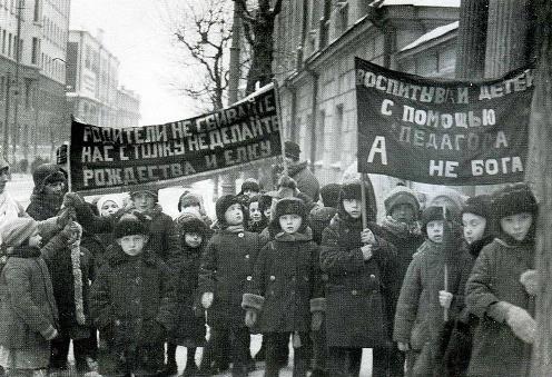 Воспитанники московских детских садов с антирелигиозными плакатами на демонстрации 1929 года