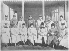 Командующий Маньчжурской армией генерал-лейтенант Н. П. Линевич (сидит в центре) и начальники Главных Управлений армии.