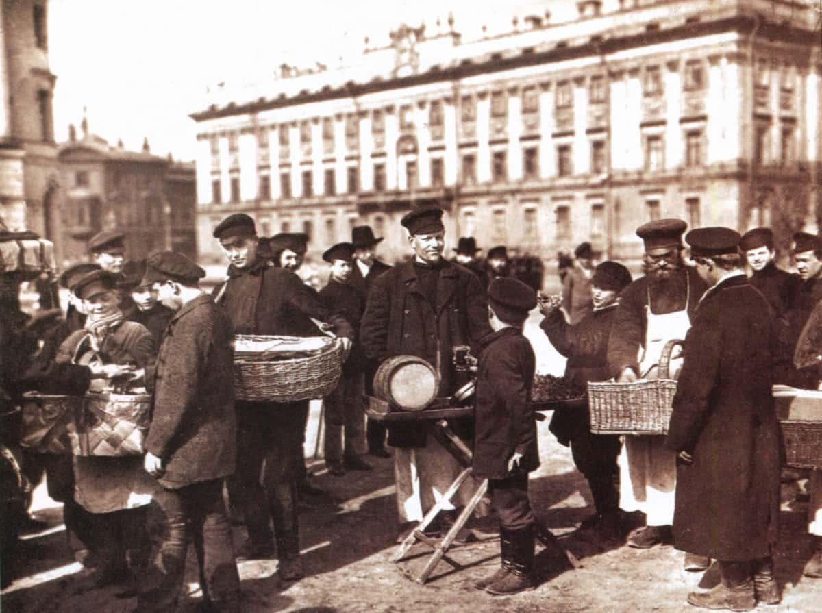 Уличная торговля в С.-Петербурге. Фото нач. ХХ в.