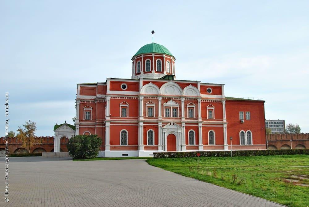 Выставочный зал музея оружия (бывший Богоявленский собор). Фото 2010-х гг.