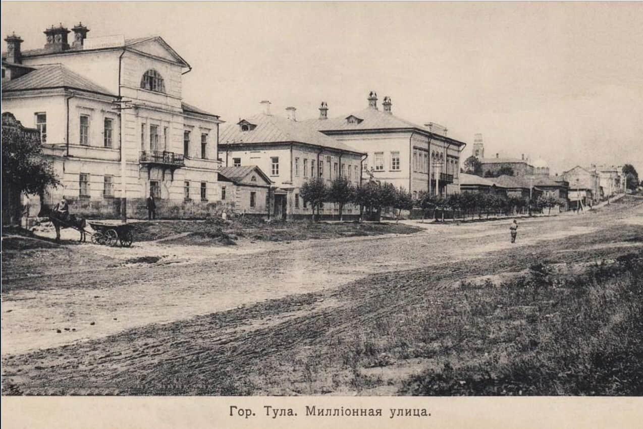 Дом И. Г. Баташева на ул. Миллионной (Октябрьская) – слева, двухэтажный с балконом, без мезонина.
