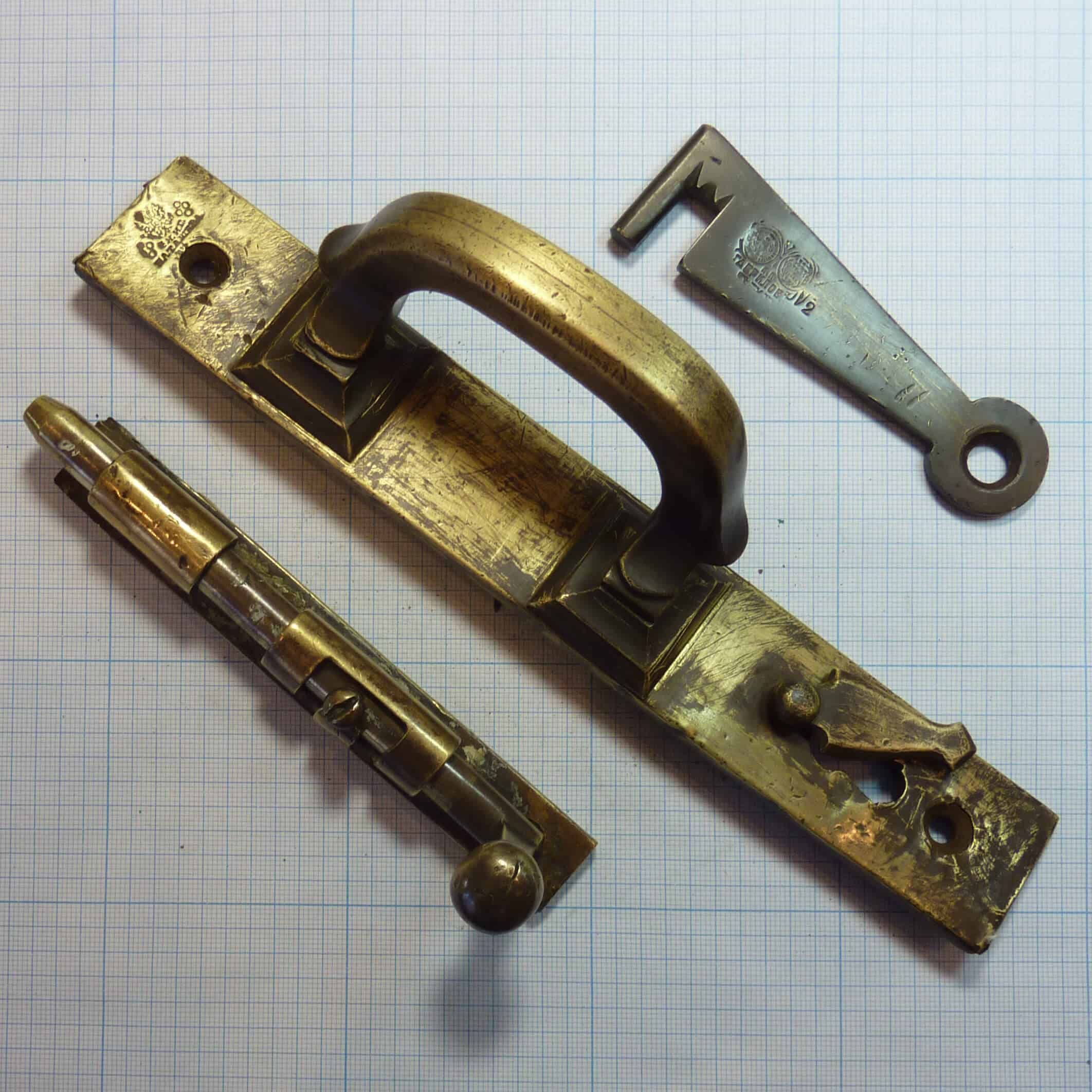 Скобяные изделия ф-ки И. Г. Баташева: щеколда и дверная ручка.